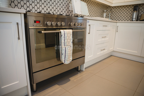 Gas oven in kitchen at homeの写真素材 [FYI02705513]