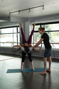 Fit people practicing acroyogaの写真素材 [FYI02705515]
