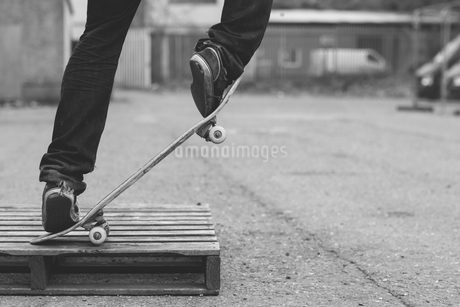 Skater doing manual trick on a wooden crateの写真素材 [FYI02705519]