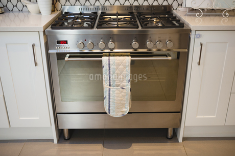 Gas oven in kitchen at homeの写真素材 [FYI02705541]