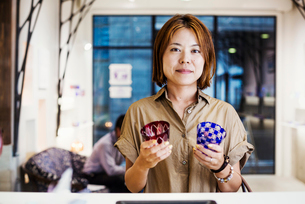 Saleswoman in a shop selling Edo Kiriko cut glass in Tokyo, Japan.の写真素材 [FYI02705544]