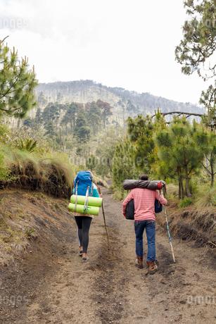 Couple hiking mountain in Guatemalaの写真素材 [FYI02705547]