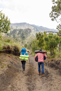 Couple hiking mountain in Guatemalaの写真素材 [FYI02705547]