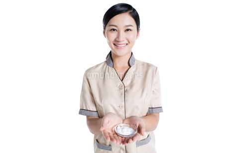 Massage therapist showing massage suppliesの写真素材 [FYI02705558]