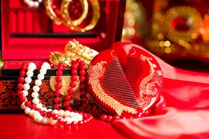 Traditional Chinese wedding elementsの写真素材 [FYI02705571]