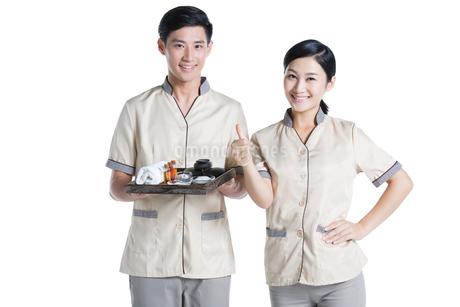 Massage therapists holding massage suppliesの写真素材 [FYI02705581]