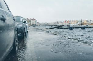 Cars on a flooding road in Blekinge, Swedenの写真素材 [FYI02705585]