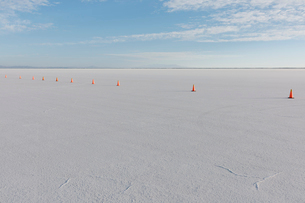 Traffic cones marking race course on Salt Flats at duskの写真素材 [FYI02705586]