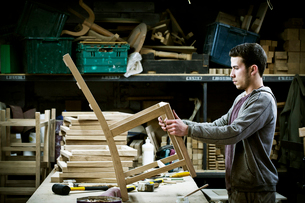 A man working in a furniture maker's workshop.の写真素材 [FYI02705587]