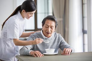 Nursing assistant taking care of senior manの写真素材 [FYI02705632]