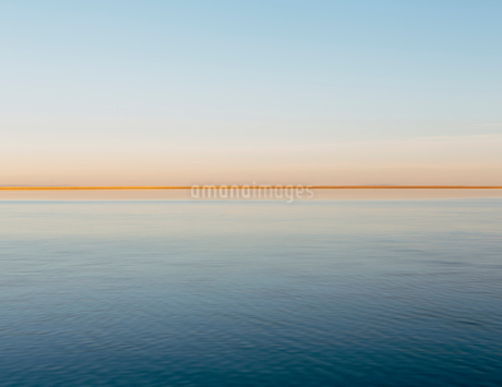 The view to the clear line of the horizon where land meets sky, across the flooded surface of Bonnevの写真素材 [FYI02705653]