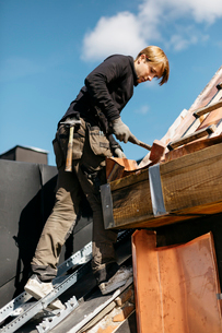 Roofer working on a building in Stockholm, Swedenの写真素材 [FYI02705654]