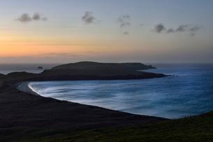 Coastline during sunset in Shetland, Scotlandの写真素材 [FYI02705661]