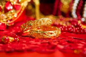 Traditional Chinese wedding elementsの写真素材 [FYI02705667]