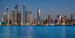 Cityscape of Dubai, United Arab Emirates, with skyscrapers lining the coastline of the Persian Gulf.の写真素材 [FYI02705691]