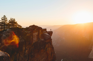 USA, California, Yosemite National Park, Taft Point, Man standing at edge of rockの写真素材 [FYI02705708]