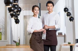 Wait staff standing in restaurantの写真素材 [FYI02705732]