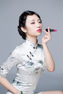 Young beautiful woman in traditional cheongsam with a lipstickの写真素材 [FYI02705750]