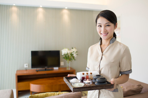 Massage therapist holding massage suppliesの写真素材 [FYI02705754]
