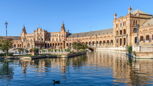 Plaza de Espana, the renaissance revival buildings around a large lake in the centre of Sevilla.の写真素材 [FYI02705788]