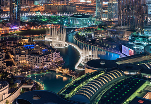 Cityscape of Dubai, United Arab Emirates at dusk, with illuminated skyscrapers and the marina in theの写真素材 [FYI02705800]