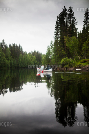 People rowing in Vasterbotten, Swedenの写真素材 [FYI02705862]