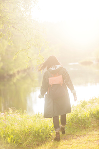 Woman walking in fieldの写真素材 [FYI02705924]