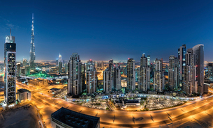 Cityscape of Dubai, United Arab Emirates. at dusk, with illuminated skyscrapers in the foreground.の写真素材 [FYI02705937]
