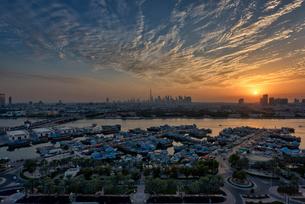 View across the marina at dusk, Dubai, United Arab Emirates.の写真素材 [FYI02705953]