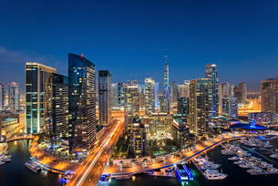 Cityscape of Dubai, United Arab Emirates at dusk, with illuminated skyscrapers and the marina in theの写真素材 [FYI02705968]