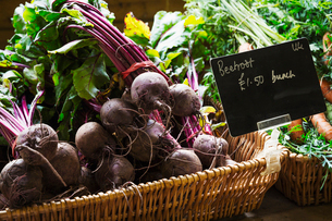 Organic beetroot being sold in a farm shop.の写真素材 [FYI02705989]