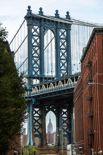 View of Manhattan Bridge from Brooklyn, New York, USA, with Empire State Building in the distance.の写真素材 [FYI02705995]