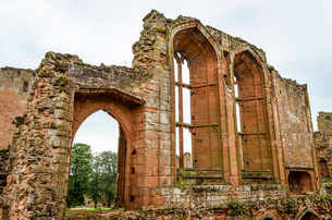 Exterior view of ruins and the stonework and windows of the medieval keep of Kenilworth Castle, Warwの写真素材 [FYI02706000]