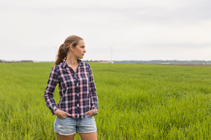 Agricultural worker standing in a fieldの写真素材 [FYI02706003]
