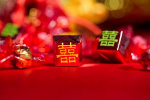 Traditional Chinese wedding elementsの写真素材 [FYI02706011]