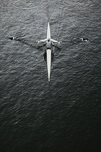 A man sculling in a single scull rowing boat, on the water.  Overhead view.の写真素材 [FYI02706032]