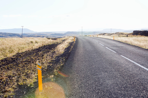 A rural road in Icelandの写真素材 [FYI02706050]