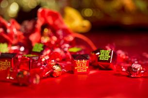 Traditional Chinese wedding elementsの写真素材 [FYI02706066]