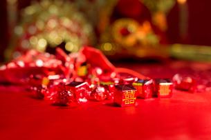 Traditional Chinese wedding elementsの写真素材 [FYI02706072]
