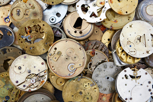 Close up of a selection of vintage clockworks at a flea market.の写真素材 [FYI02706089]