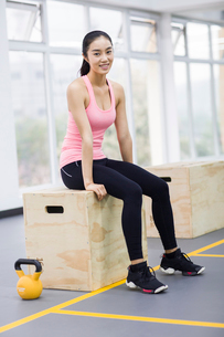 Portrait of young woman at gymの写真素材 [FYI02706094]