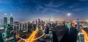 Cityscape of Dubai, United Arab Emirates at dusk, with illuminated skyscrapers.の写真素材 [FYI02706096]