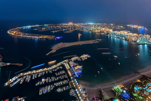 Cityscape of Dubai, United Arab Emirates at night, with coastline of Persian Gulf and marina in theの写真素材 [FYI02706099]
