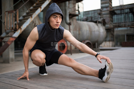 Young Chinese man exercising outdoorsの写真素材 [FYI02706100]