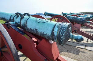 Old cannons outside Kronborg Castle, Helsingor, Denmark.の写真素材 [FYI02706109]