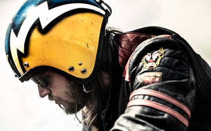 Profile of bearded man wearing yellow open face crash helmet and sunglasses.の写真素材 [FYI02706116]