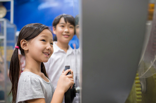 Chinese children in science and technology museumの写真素材 [FYI02706142]