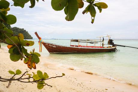Boat on shore of beach in Ko Lanta, Thailandの写真素材 [FYI02706163]