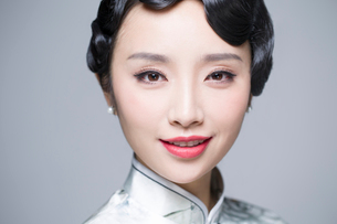 Headshot of young beautiful woman in traditional cheongsamの写真素材 [FYI02706183]