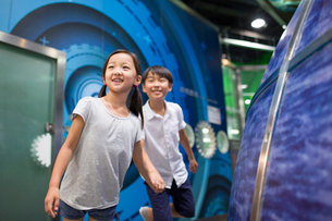 Chinese children in science and technology museumの写真素材 [FYI02706184]